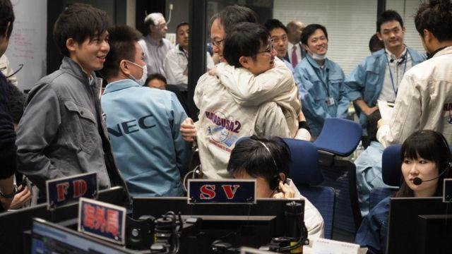 JAXA çalışanları başarılı inişi böyle kutladı.