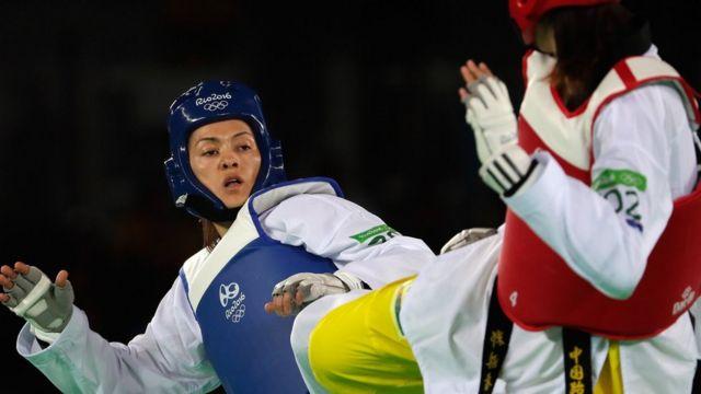 La mexicana María del Rosario Espinoza, izq., ganó una medalla de plata en taekwondo en Río 2016.