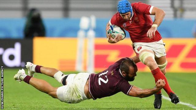 Justin Tipuric evades a Georgia defender