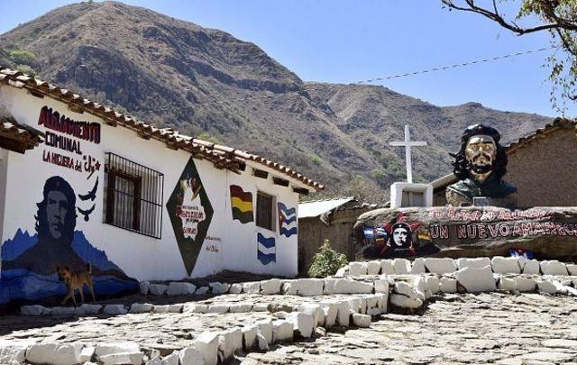 สถานที่รำลึกถึงเช กูวารา ที่หมู่บ้านลา อิเกรา ในประเทศโบลิเวีย ซึ่งเป็นสถานที่ที่เขาถูกประหารชีวิตในปี 1967