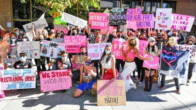بريتني سبيرز تزاحم خارج الملعب في لوس أنجلوس