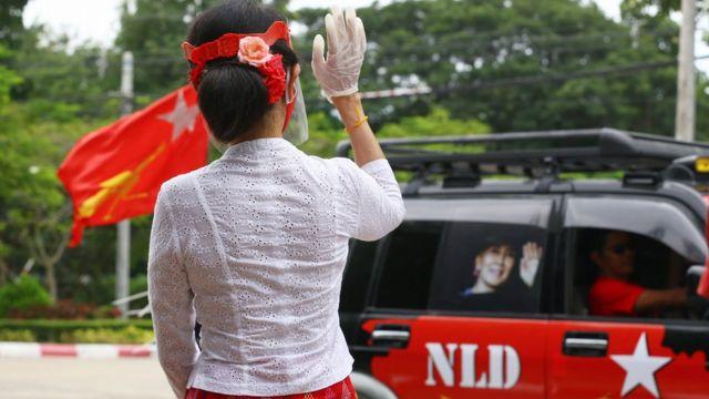 Aung San Suu Kyi, iktidar partisi NLD'ye ait araç konvoyunu selamlıyor.