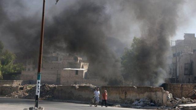ロシア軍の空爆を妨害する煙を上げるためタイヤが燃やされた