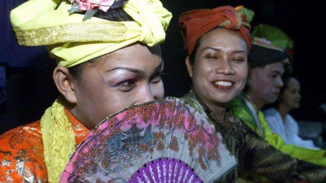 Los bissu son vistos como seres espirituales que encarnan tanto el poder masculino como el femenino.