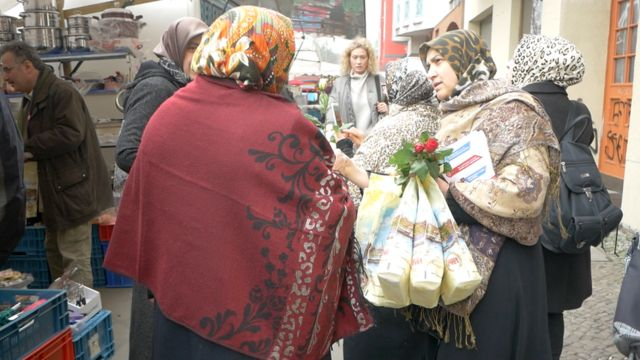 Berlin'deki Türk pazarı evet ve hayır kamplarının yoğun çaılştığı yerlerden.