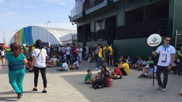 Famílias tentam se refrescar no Parque Olímpico