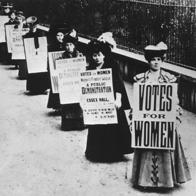 Manifestation de suffragettes pour revendiquer le droit de vote des femmes, 1908, Londres, Royaume-Uni, 20e siècle.