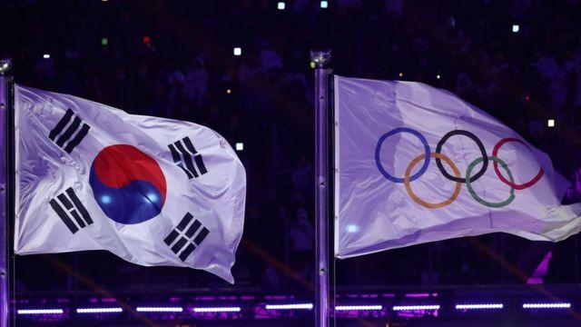 Les drapeaux sud-coréen et olympique flottant côte à côte dans le stade de Pyeongchang.