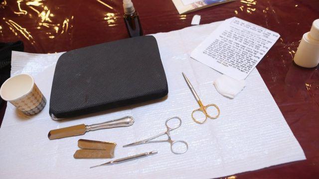 Elementos para llevar a cabo una circuncisión en un institución judía.