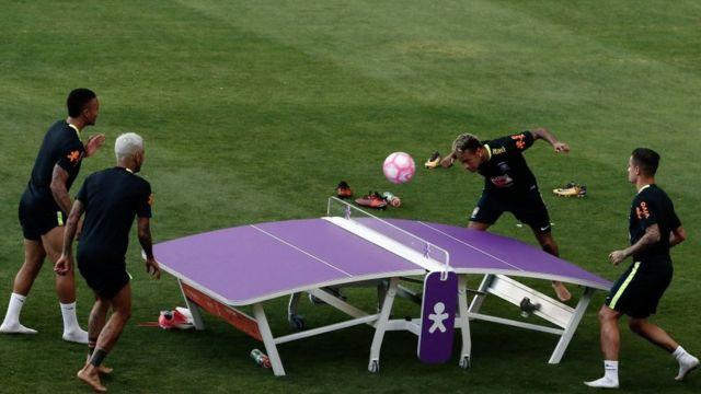 Neymar y Coutinho jugando teqball contra Gabriel Jesus y Alves.