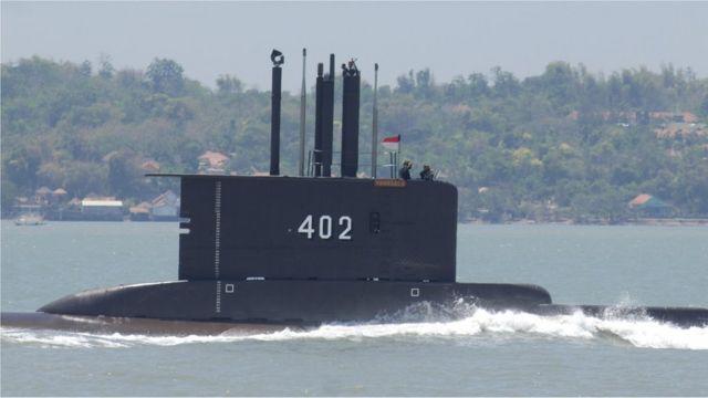 Um submarino KRI Nanggala-402 realiza um exercício em Surabaya, Java Oriental, Indonésia, em 2014