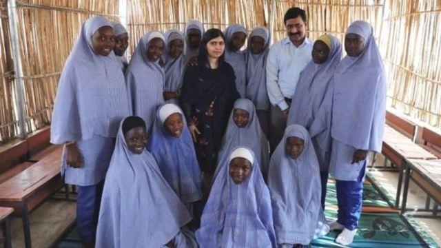 Malala Yousafzai tare da wasu 'yan makaranta