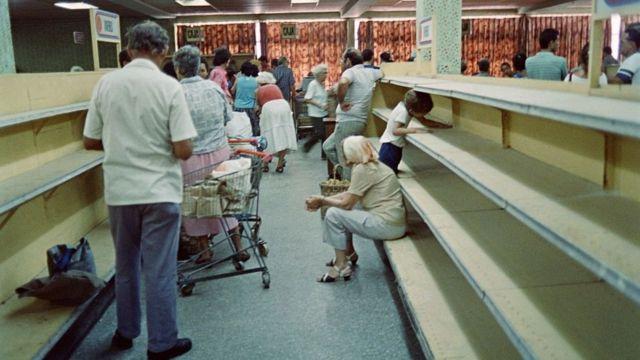 Estantes vacíos en un supermercado de La Habana en medio de la escasez de alimentos en la década de 1990