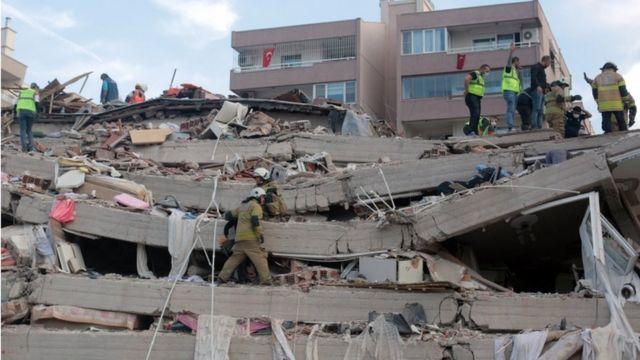 Edificio derrumbado en Esmirna.