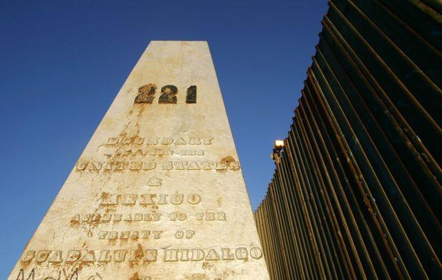 El mojón que marca el límite entre México y Estados Unidos y que hace referencia al Tratado Guadalupe Hidalgo de 1848.
