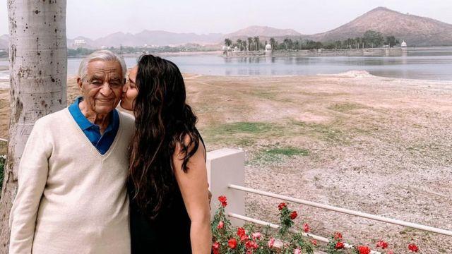 Avani Singh con su abuelo, de 94 años, enfermo de covid en Delhi.