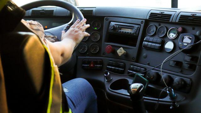 Amira conduciendo el camión.