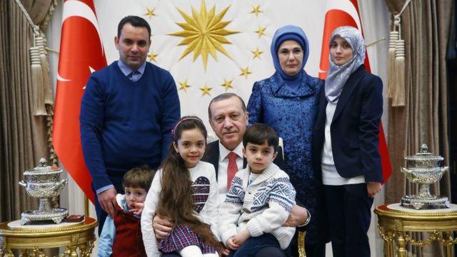 صورة لاستقبال الرئيس التركي وزوجته لبانا وأسرتها