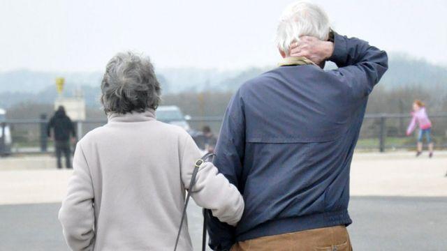 Una pareja de la tercera edad en Suffolk