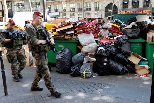 フランス政府は安全確保とストライキの両方に同時に対応しなくてはならない(写真は9日のパリ市内)
