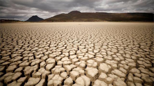Nuvens se acumulam, mas não produzem chuva e rachaduras são vistas em uma represa municipal na África do Sul afetada pela seca em novembro de 2019