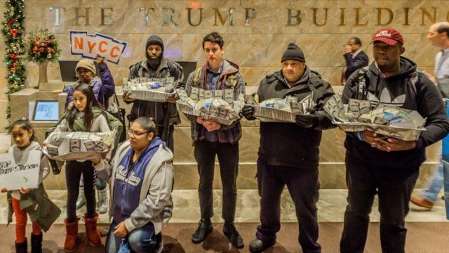 Hispanos manifestando en Torre Trump.