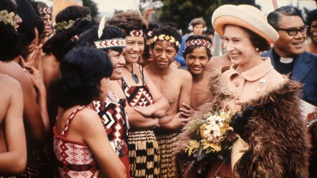 1977年女王在新西兰访问期间与当地民众交谈