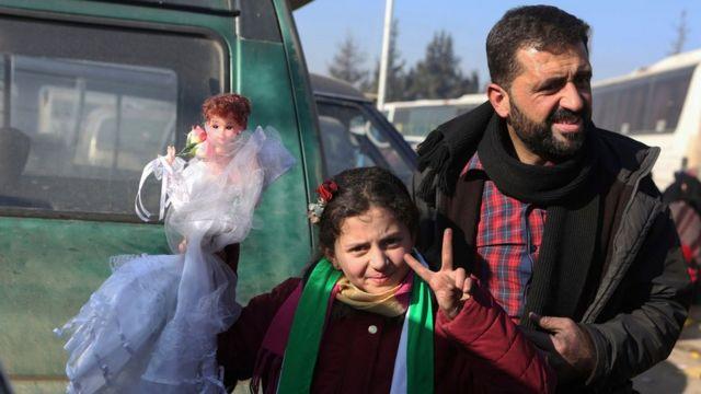 نازح سوري مع ابنته