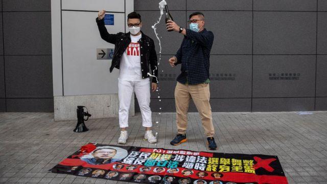 有建制派支持者庆祝民主派人士被捕。
