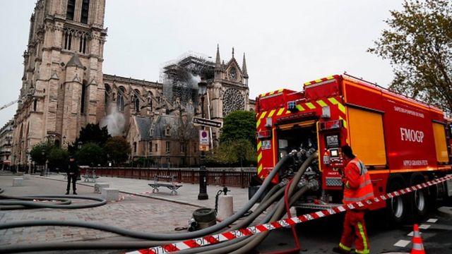소방관들이 파리의 노트르담 성당을 보호하기 위해 애쓰고 있다
