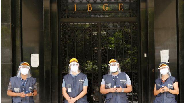 Quatro agentes do IBGE usando máscaras e face shields contra o coronavírus