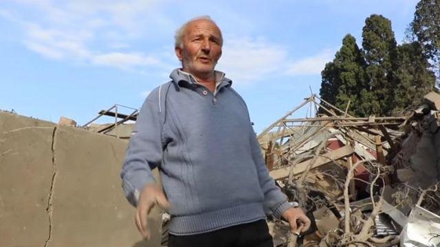 Пожилой человек на руинах
