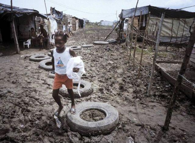 Menina em favela