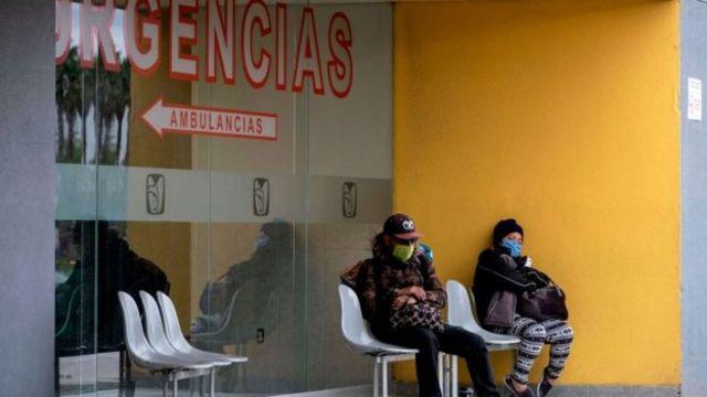 Personas fuera de un hospital