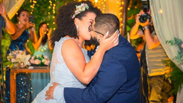 Kathleen e Victor dando o primeiro beijo no dia do casamento