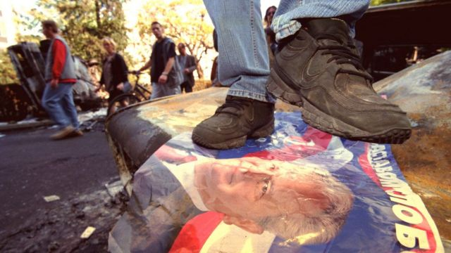 Poster de Milosevic pisoteado