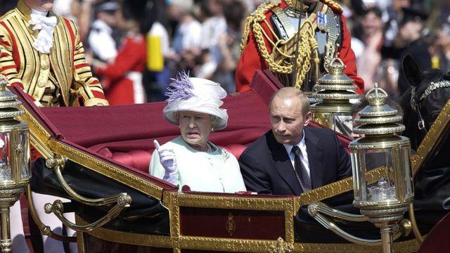 Malkia Elizabeth II na Vladimir Putin wakiwa msafarani 2003