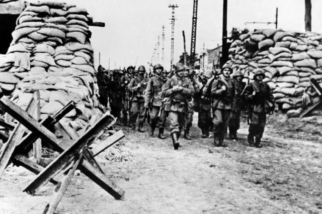 La infantería rumana, que contaba con el ejército del III Reich, entrando en Odesa tras la caída de la ciudad el 22 de octubre de 1941, durante la II Guerra Mundial.