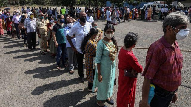 ممبئی کے ایک کورونا ویکسینیشن سینٹر کے باہر قطار