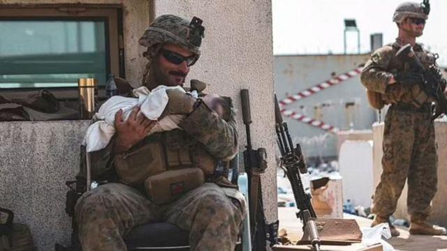 نوزاد دختر افغان در آغوش سرباز آمریکایی در فرودگاه کابل