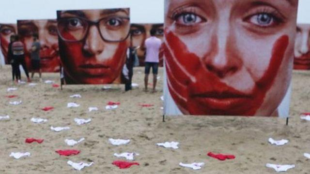 Instalación de ropa interior en Copacabana