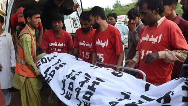 Abakorerabushake muri Pakisitani batwaye umurambo wa Shafqat Hussain wahamijwe icyaha cyo kwica. Yanyongewe i Karachi ku ya 4/08/2015