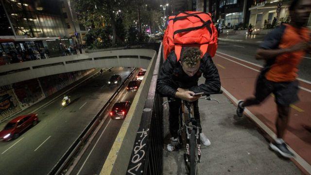 Entregador da Rappi na avenida Paulista, em SP