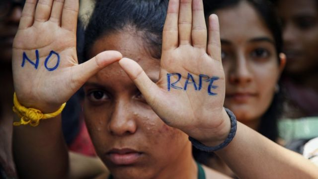 Protesto durante julgamento de estupradores que mataram jovem em Nova Déli