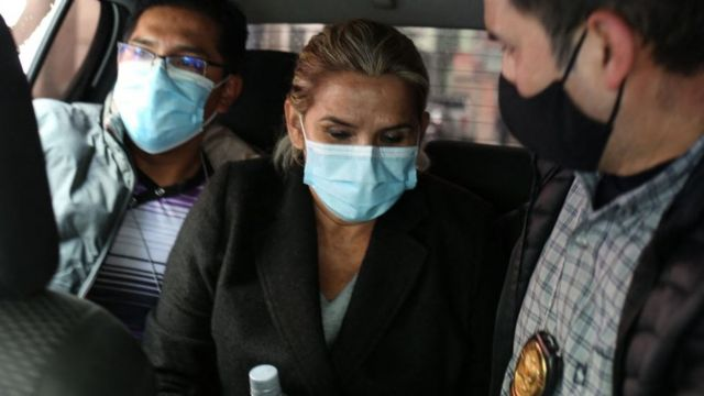 La expresidenta de Bolivia Jeanine Áñez siendo arrestada.