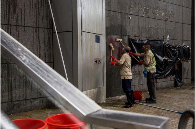 香港警察總部周五晚被大批示威者包圍,外牆牆面被示威者投擲雞蛋,警方早上派人清理。
