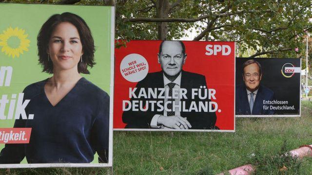 Лидер зеленых Анналена Бербок, лидер социалистов и вице-канцлер при Меркель Олаф Шольц, новый лидер партии Меркель Армин Лашет на предвыборных плакатах