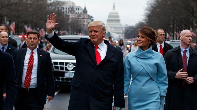 Donald Trump saluda a sus seguidores después de juramentar en el cargo de presidente, el 20 de enero, en Washington D.C.