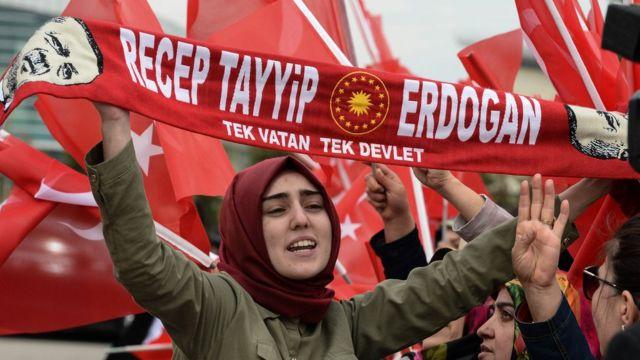 Женщина на демонстрации в поддержку Эрдогана