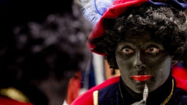 mulher com pontura preta em 2013